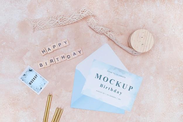 Вид сверху на день рождения конверт с открыткой и лентой Premium Psd