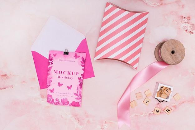 カードと封筒で誕生日プレゼントのモックアップの上面図 無料 Psd