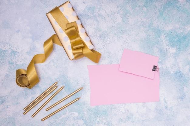 カード付きの誕生日プレゼントのモックアップの上面図 無料 Psd