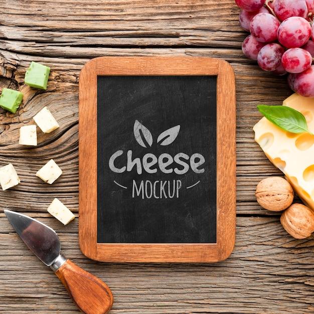 Вид сверху доски с ассортиментом местного сыра и винограда Бесплатные Psd