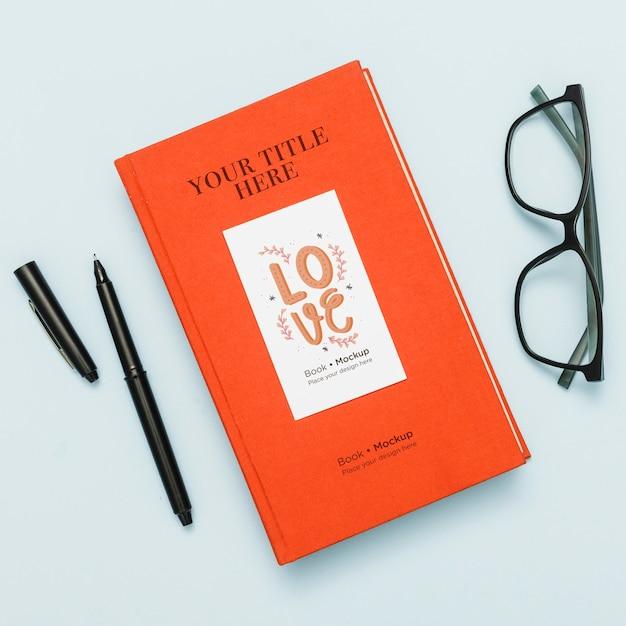 Вид сверху книжного макета с очками и ручкой Бесплатные Psd