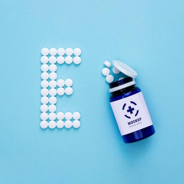 Вид сверху бутылки с таблетками в форме e Premium Psd