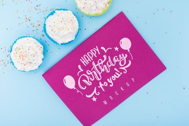 お誕生日おめでとうとカップケーキのカードのトップビュー 無料 Psd
