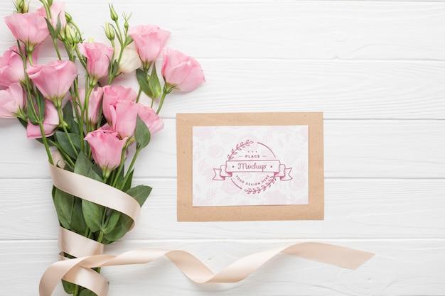 ピンクのバラとカードのトップビュー 無料 Psd