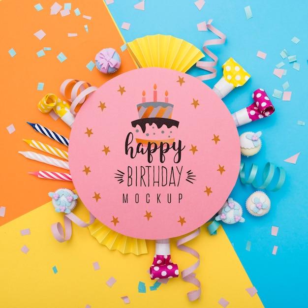 Вид сверху конфетти и свечей на годовщину дня рождения Бесплатные Psd