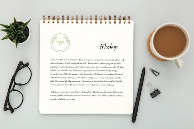 コーヒーとペンで机の表面のトップビュー 無料 Psd