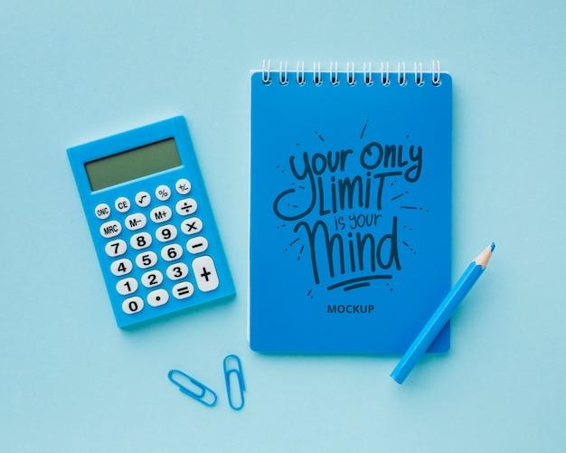 電卓と鉛筆が付いている机の上から見る 無料 Psd
