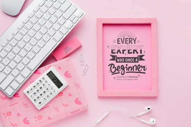 フレームとキーボードが付いている机の上から見る 無料 Psd