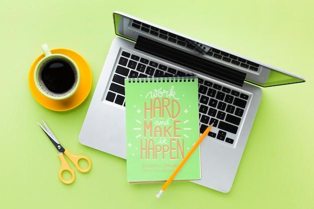 Вид сверху на стол с ноутбуком и кофе Бесплатные Psd
