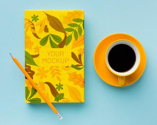 メモ帳とコーヒーの机の上から見る 無料 Psd