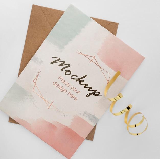 Вид сверху элегантной поздравительной открытки с золотой лентой Premium Psd