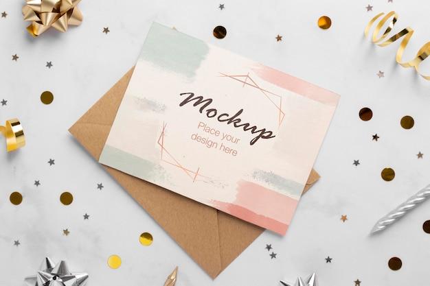 Вид сверху элегантной поздравительной открытки с лентой и конфетти Бесплатные Psd
