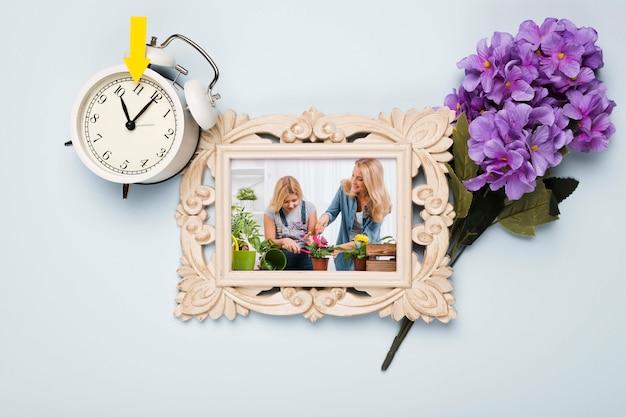 花と時計のフレームのトップビュー 無料 Psd