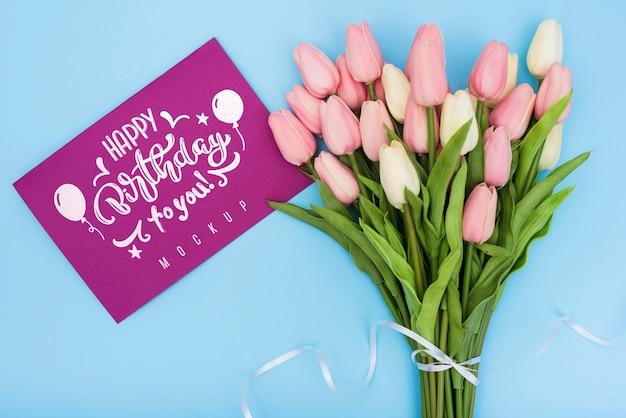 記念日のお祝いのためのカードとチューリップのお誕生日おめでとう花束のトップビュー 無料 Psd