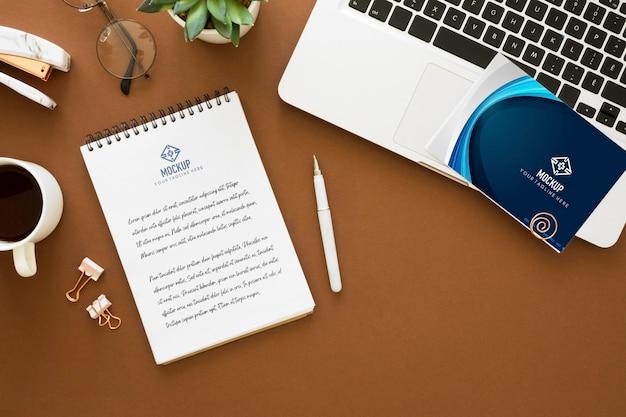 Вид сверху ноутбука с кофе и блокнотом на день учителя Premium Psd