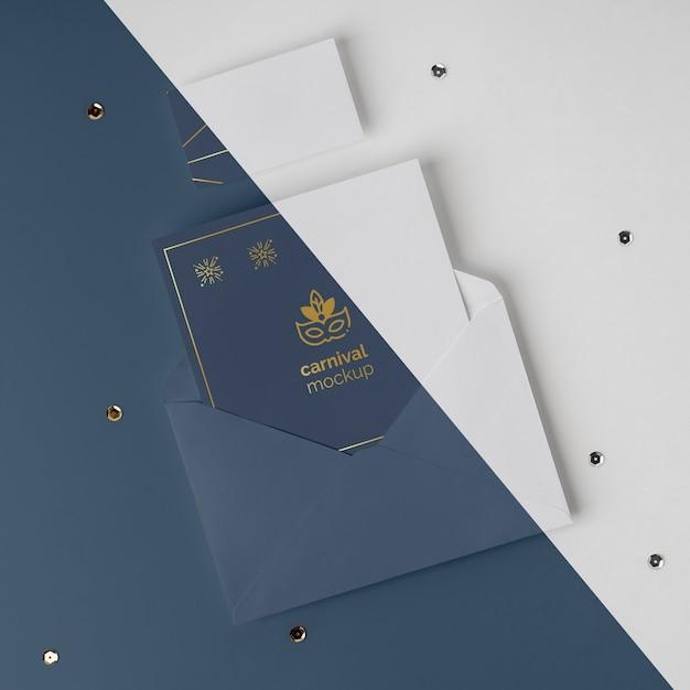 封筒のミニマルなカーニバルの招待状の上面図 Premium Psd