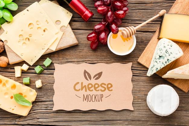 Вид сверху макета ассортимента местного сыра с виноградом и вином Бесплатные Psd