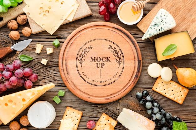 Вид сверху макета ассортимента местного сыра с виноградом Бесплатные Psd
