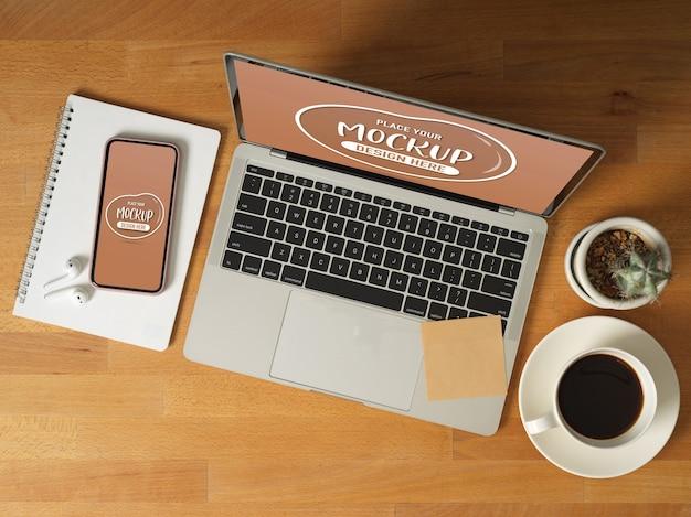 ノートパソコン、スマートフォン、コーヒーカップ、文房具、アクセサリーとデジタルデバイスのモックアップの平面図 Premium Psd