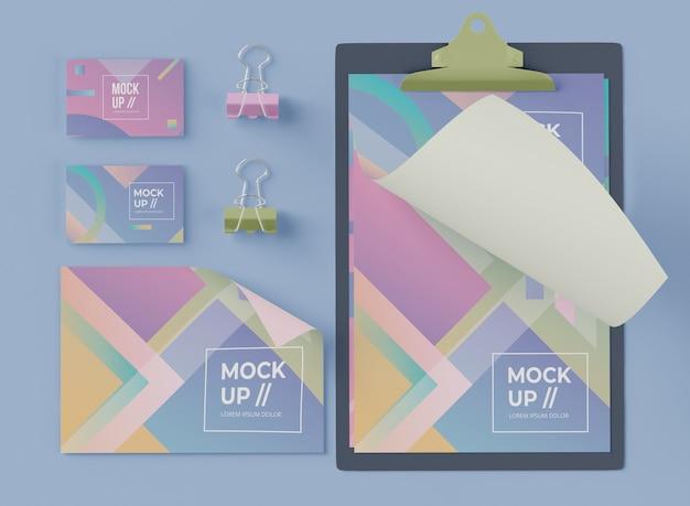 Вид сверху блокнота с картой и скрепками Бесплатные Psd