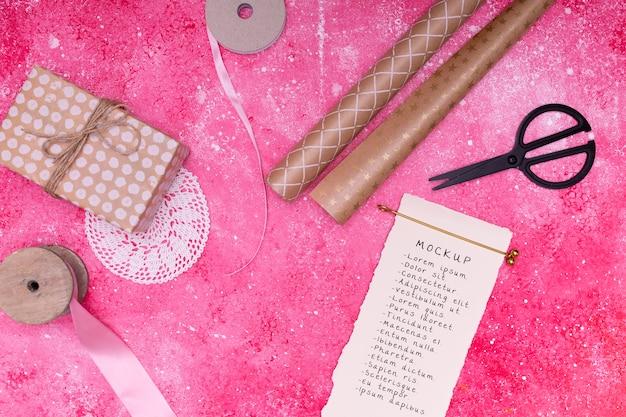プレゼントとリボン付きのメモ帳の上面図 無料 Psd