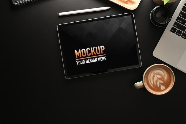 Вид сверху офисного стола с макетом планшета, кофейной чашки, ноутбука и копией пространства Premium Psd