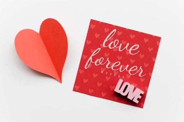 Вид сверху бумажного сердца с карточкой Бесплатные Psd