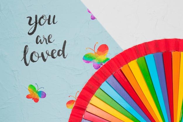プライドのための虹色の蝶のトップビュー 無料 Psd