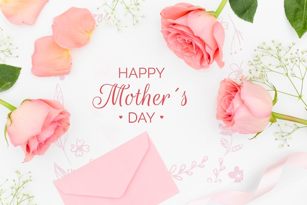 어머니의 날 봉투와 장미의 상위 뷰 무료 PSD 파일