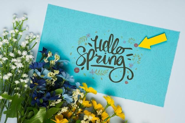 カードと春の花のトップビュー 無料 Psd