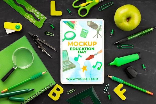 교육의 날을위한 학교 필수품 및 사과가있는 태블릿의 상위 뷰 무료 PSD 파일