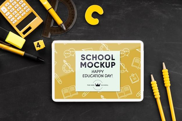 教育の日の学校の必需品を備えたタブレットの上面図 Premium Psd