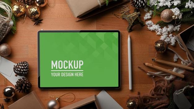 デジタルタブレットのモックアップと木製のテーブルの上面図 Premium Psd