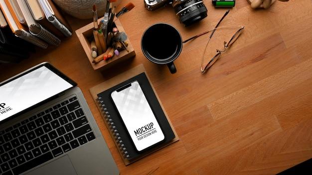 Вид сверху на деревянный стол с ноутбуком, макет смартфона Premium Psd
