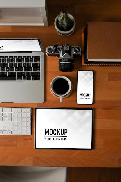 Вид сверху на деревянный стол с макетом планшета, ноутбука и смартфона Premium Psd