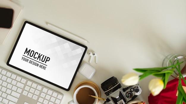 Вид сверху на рабочее место с планшетом и канцелярскими принадлежностями Premium Psd