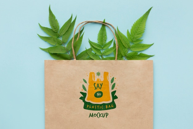 Top view paper bag mock-up with leaves Premium Psd
