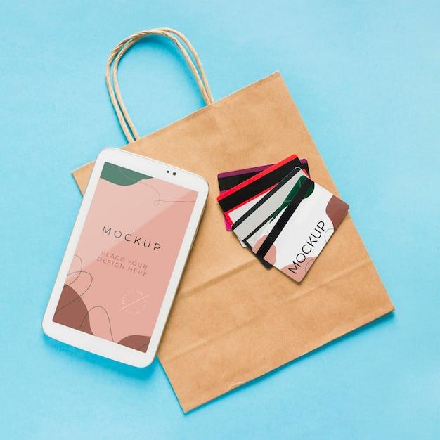 Макет бумажного пакета с мобильным телефоном и карточками Бесплатные Psd
