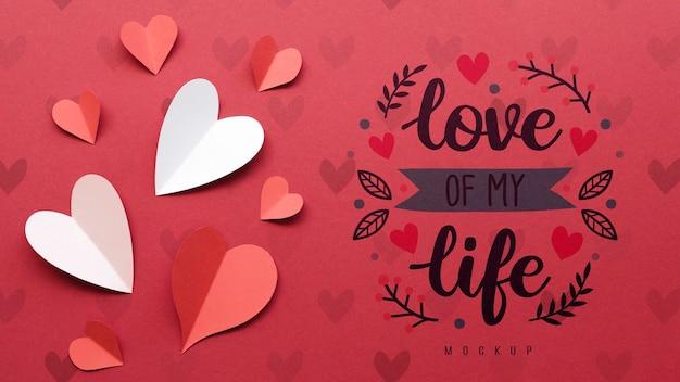 Vista dall'alto di cuori di carta con messaggio d'amore Psd Gratuite