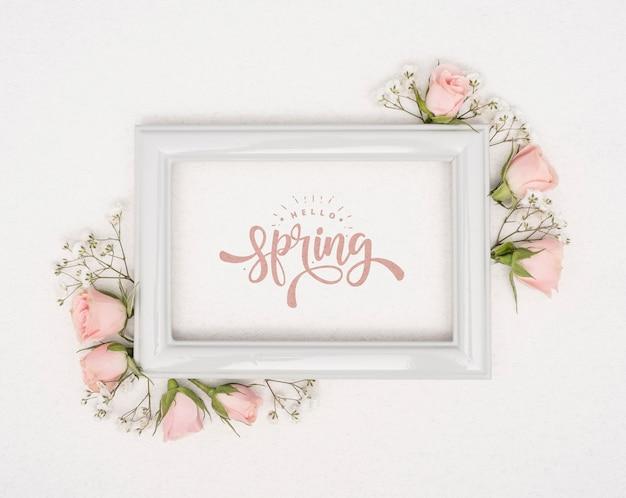 Vista dall'alto di rose rosa di primavera con cornice Psd Gratuite