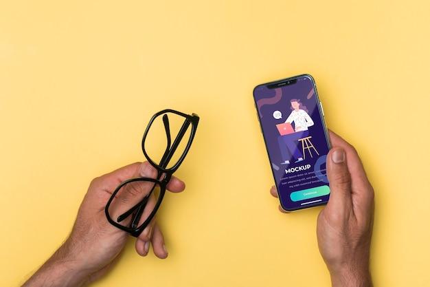 상위 뷰 스마트 폰 및 독서 안경 모형 무료 PSD 파일