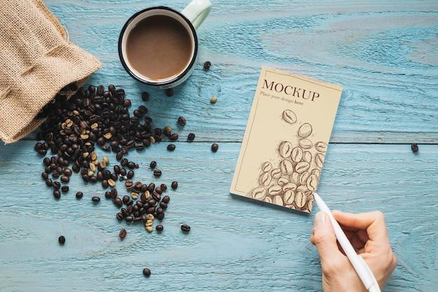 커피 콩으로 가득한 상위 뷰 섬유 가방 무료 PSD 파일