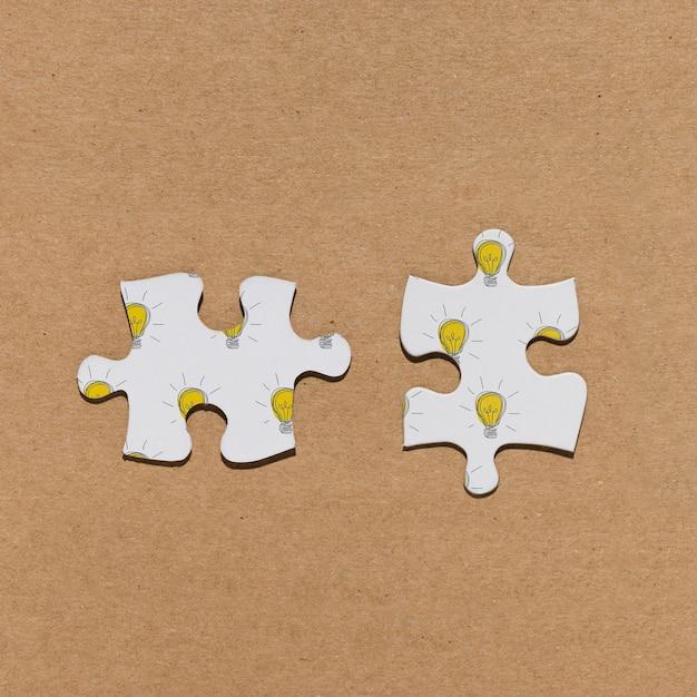 Вид сверху две части головоломки на коричневом фоне Бесплатные Psd