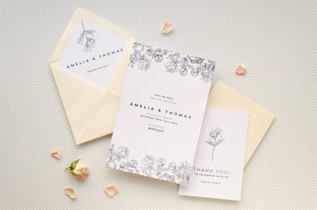 Vista dall'alto della carta di matrimonio con rose e buste Psd Gratuite