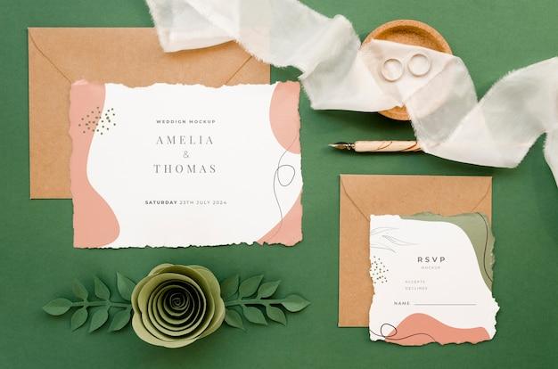 Vista dall'alto di partecipazioni di nozze con rose e carta rosa Psd Gratuite