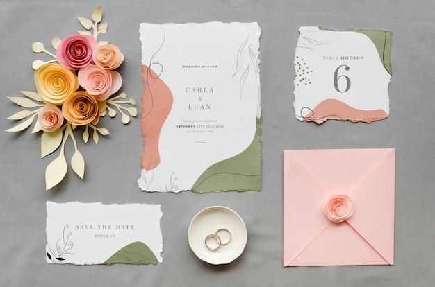 Vista dall'alto di partecipazioni di nozze con rose e anelli Psd Gratuite