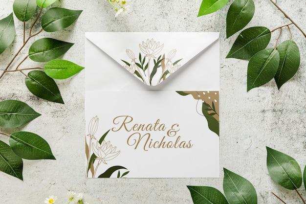 Вид сверху свадебное приглашение с листьями Premium Psd