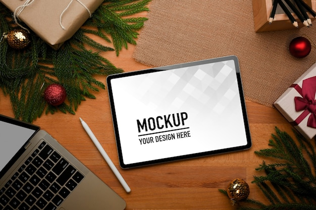 Top view of wooden table with tablet mockup with stationery Premium Psd