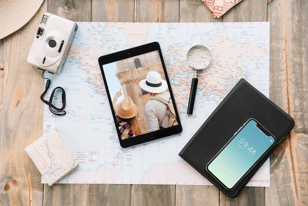 Concetto di viaggio con smartphone e tablet Psd Gratuite