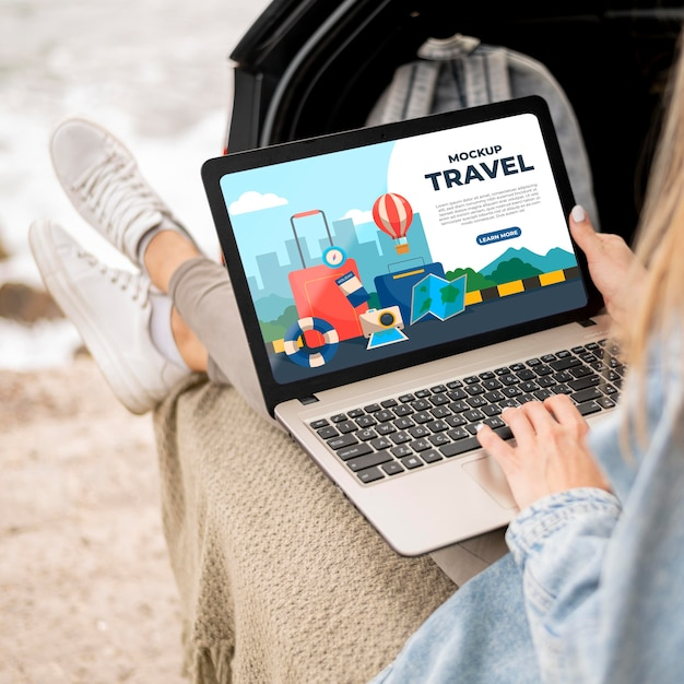 모형 노트북을 들고 여행자 무료 PSD 파일